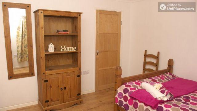 Double Bedroom (Room 3) - Elegant 3-bedroom house in Saint Ann's, Nottingham 9 Image