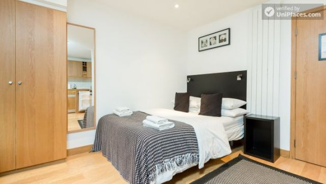 Well-furnished studio-apartment, next to the University of London 6 Image
