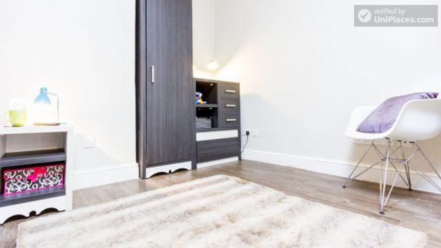 Premium En-Suite Triple Room - Modern Residence in Popular Bloomsbury 10 Image
