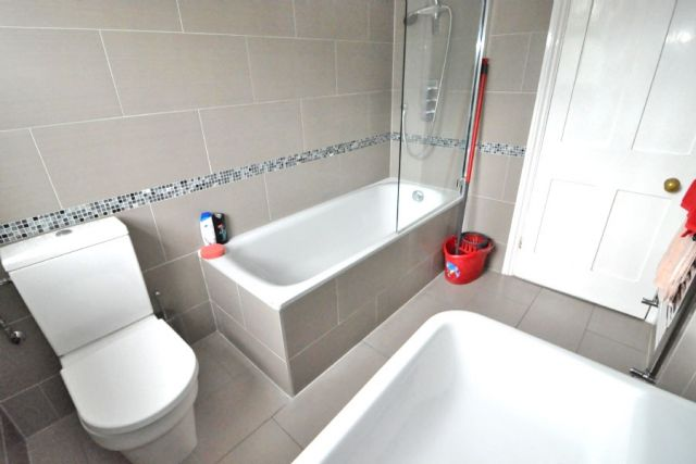 A generously sized double room - NO DEPOSIT REQUIRED 4 Image