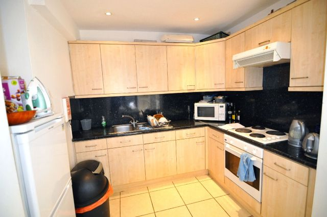 En-suite double room available now, no deposit required 4 Image