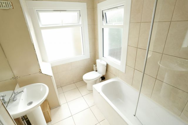 Double room, ONLY 2 WEEKS DEPOSIT, ALL BILLS INCLUDED 3 Image