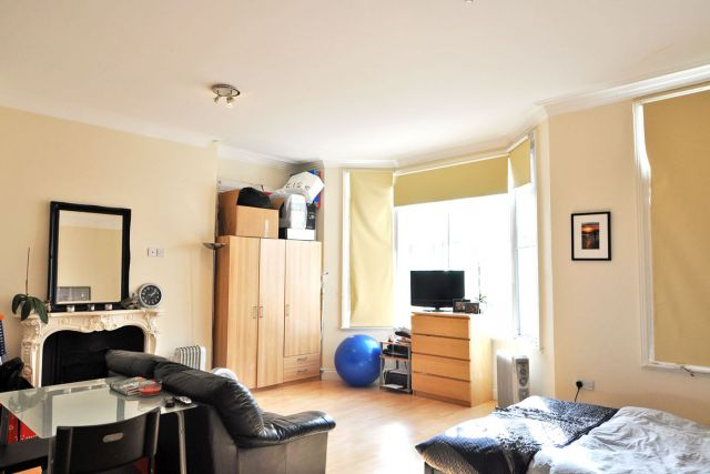 A very spacious self-contained double studio flat in W8 3 Image