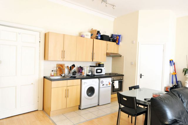 A very spacious self-contained double studio flat in W8 4 Image