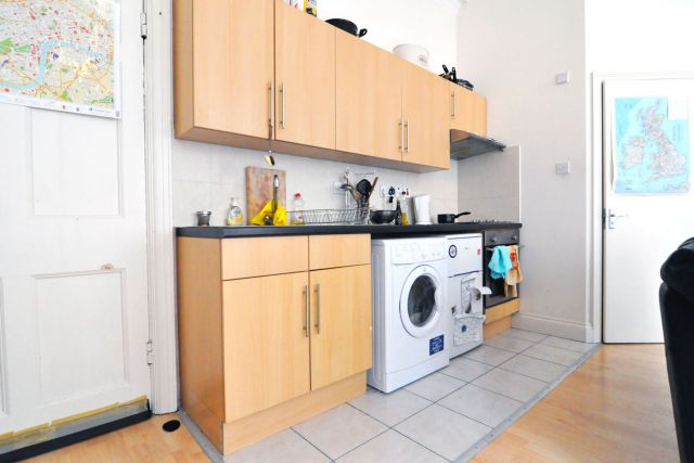 A very spacious self-contained double studio flat in W8 5 Image