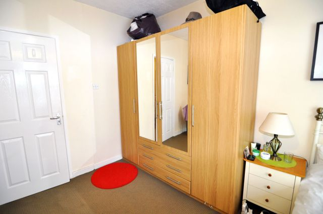A very spacious double room, free WIFI, bills included 3 Image