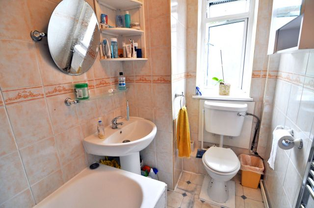 A very spacious double room, free WIFI, bills included 4 Image