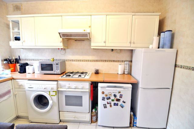 A very spacious double room, free WIFI, bills included 8 Image