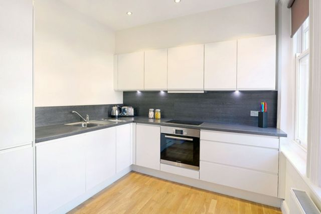A marvellous 3 bedroom, 2 bathroom flat with parking 3 Image