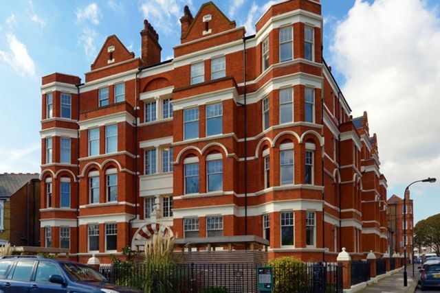 A marvellous 3 bedroom, 2 bathroom flat with parking 7 Image