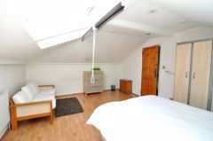 A spacious top floor double room in a luxury houseshare